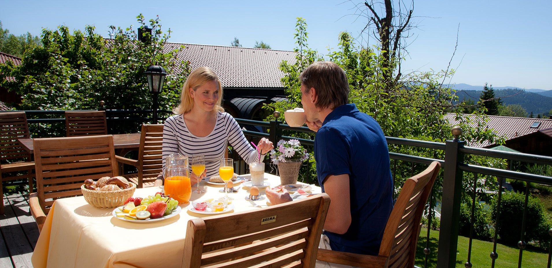 Breakfast on the terrace in the hotel Riedlberg